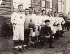 Дедова футбольная команда 1941 1946 годы (Дед первый на фото)