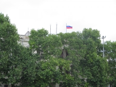 Русский флаг над администрацией Севастополя в 2005 году