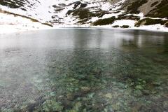 Вода в горном озере
